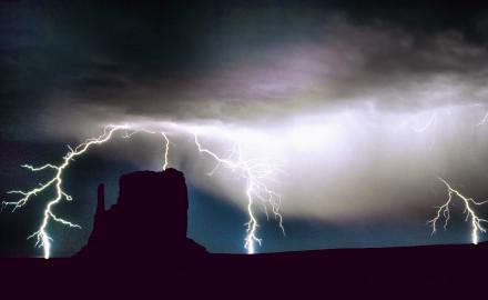Åska och blixtar över Monument Valley,  Arizona och södra Utah i USA.