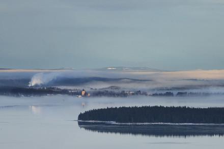 Rättvik med kyrkan vid Siljans strand, Vintermorgon.