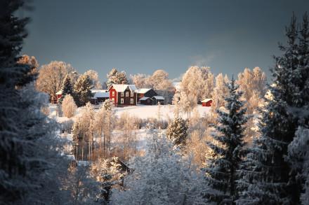 Gård vid Västgärde Rättvik omsluten av rimfrost och kyla.