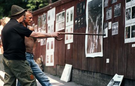 Christer Strömholm diskuterar bild med sonen Joakim 1982