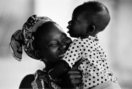 Mamma med sitt barn, Gambia.
